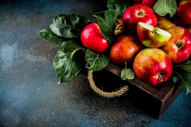 Surowi świezi jabłka w drewnianej tacy Premium Zdjęcia