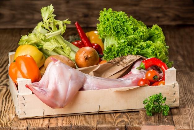Surowy Cały Królik Z Warzywami I Przyprawami Premium Zdjęcia