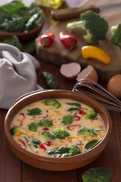 Surowy Omlet Przygotowany I Składniki Na Stole Premium Zdjęcia