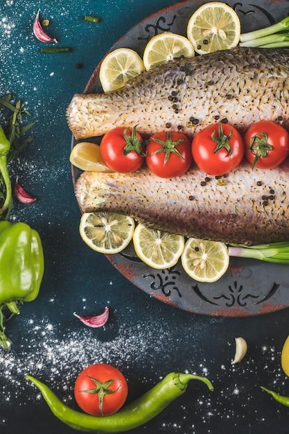 Surowy Owoce Morza Z Pomidorami I Cytryną Na Błękitnym Stole Darmowe Zdjęcia