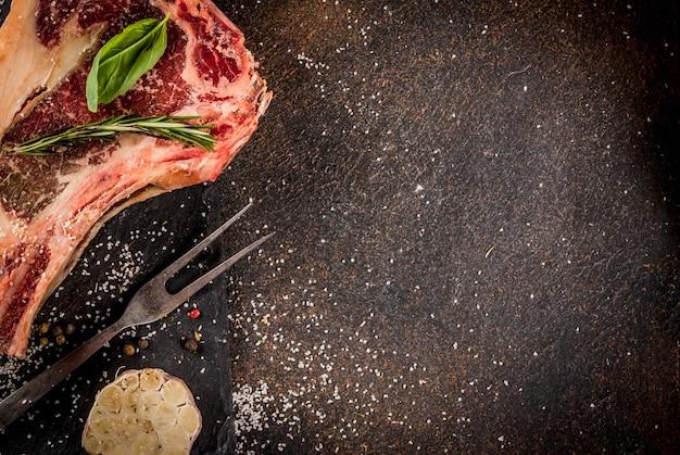 Surowy Stek Z Wołowiny Z Przyprawami Do Gotowania Premium Zdjęcia