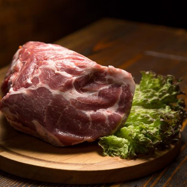 Surowy Wieprzowiny Mięso Na Drewnianej Desce Premium Zdjęcia