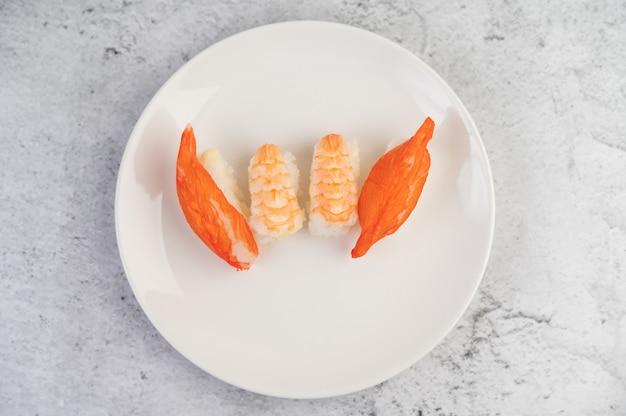 Sushi Jest Pięknie Ułożone Na Talerzu. Darmowe Zdjęcia