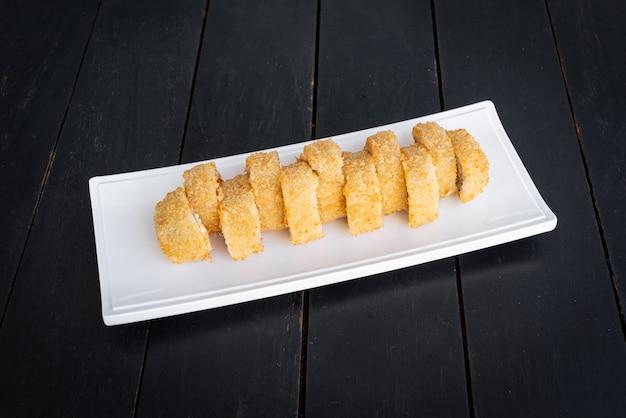 Sushi Na Talerzu Na Czarnym Stole Darmowe Zdjęcia