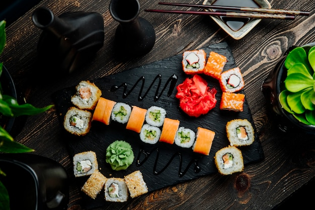 Sushi Ustawia Philadelphia Kraba Maki California Cappa Maki Imbirowego Wasabi Odgórnego Widok Darmowe Zdjęcia