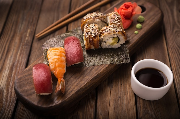 Sushi Ustawione Na Drewnianej Tacy Premium Zdjęcia