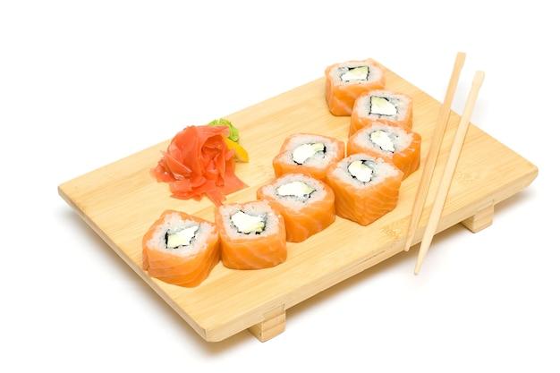 Sushi Z łososiem Na Białym Tle Na Białym Tle - Dania Kuchni Japońskiej Premium Zdjęcia
