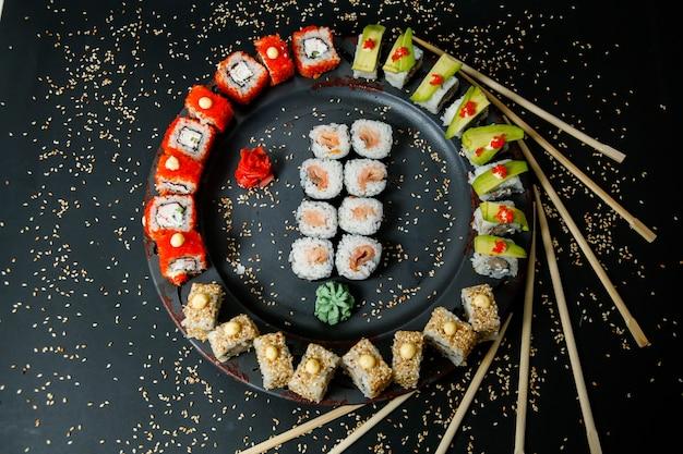 Sushi Z Ogórkiem, Imbirem, Wasabi I Sezamem Darmowe Zdjęcia