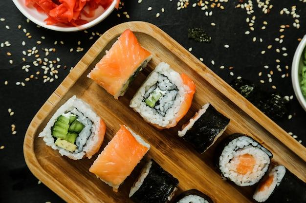 Sushi Z Ogórkiem, Imbirem, Wasabi, Sosem Sojowym I Sezamem Darmowe Zdjęcia