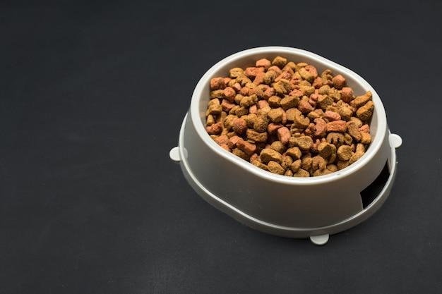 Suszona karma dla psów i kotów. Premium Zdjęcia