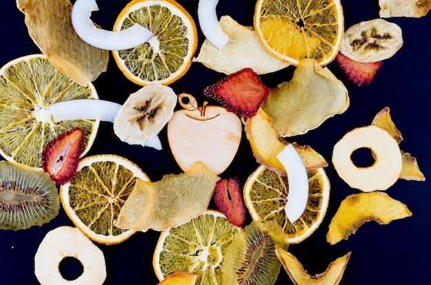 Suszone Owoce Rozrzucone Na Czarno Premium Zdjęcia
