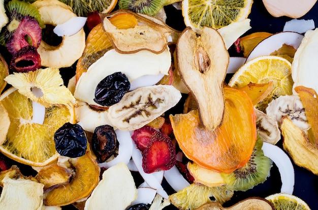 Suszone Owoce Rozrzucone Na Czarnym Tle Premium Zdjęcia