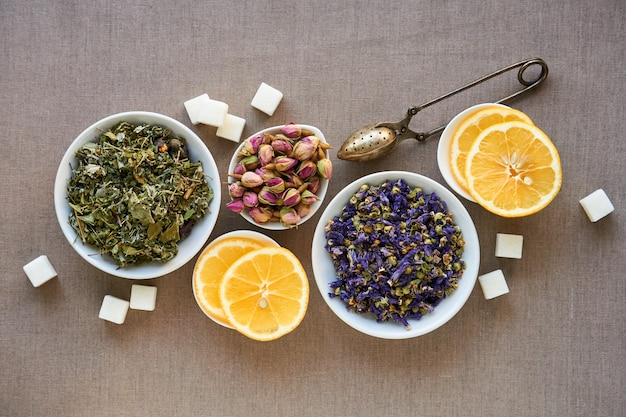 Suszy Ziołowej I Kwiat Herbaty W Pucharach Na Brown Tle Premium Zdjęcia