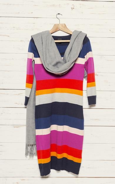 Sweter z dzianiny na drewnianym wieszaku na ubrania Premium Zdjęcia