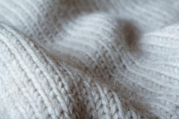 Sweter z dzianiny o ekstremalnie zbliżonym szarym kolorze wykonany z naturalnej wełny, falowane fałdy Premium Zdjęcia