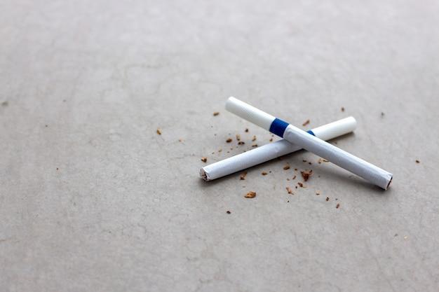 Świat Bez Koncepcji Dnia Tytoniu. Papieros Zbliżenie Na Podłodze Cementu Premium Zdjęcia