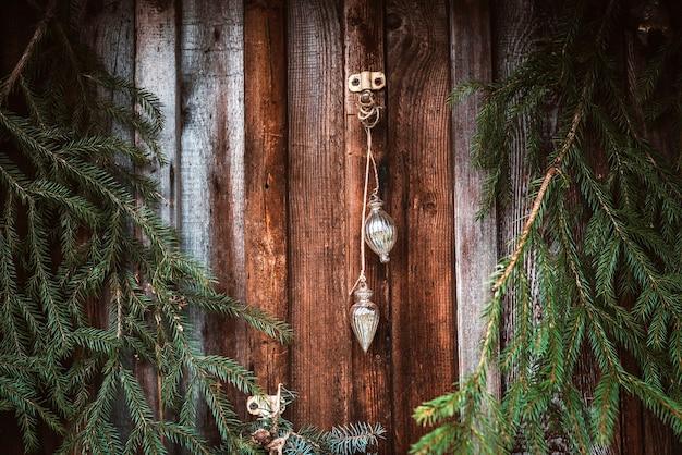 Świąteczna Dekoracja Okna Z Gałązkami Jodły, Girlandami I Szyszkami. Wesołych świąt Bożego Narodzenia Znak I Bombki Na Parapecie Premium Zdjęcia