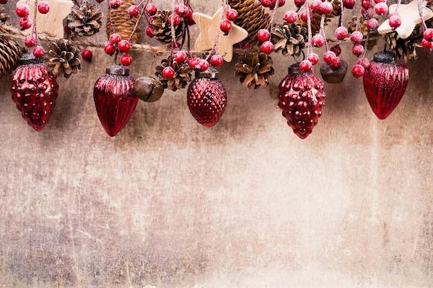 Świąteczna Girlanda Z Czerwoną Kulką Premium Zdjęcia