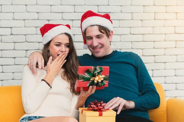 Świąteczna para z prezentem Premium Zdjęcia