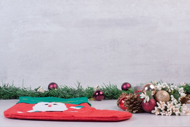 Świąteczna Skarpeta Pełna świątecznych Kulek Na Białej Powierzchni Darmowe Zdjęcia