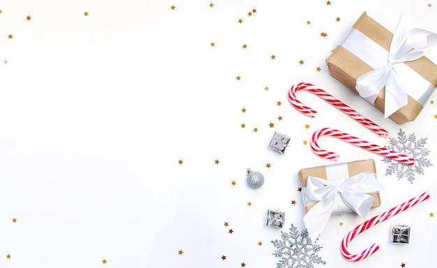 Świąteczne Ciasteczka Z świąteczną Dekoracją I Prezentem Na Białym Tle Premium Zdjęcia