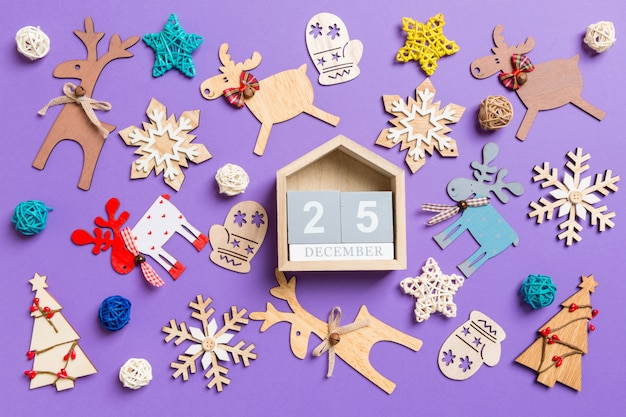 Świąteczne Dekoracje I Zabawki. Widok Z Góry Drewniany Kalendarz. Dwudziestego Piątego Grudnia. Wesołych świąt Bożego Narodzenia Koncepcja Premium Zdjęcia