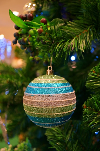 Świąteczne dekoracje sezonowe z wielokolorowym ornamentem w kształcie kuli na choince Premium Zdjęcia