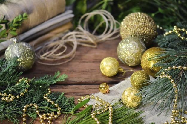 Świąteczne Dekoracje Z Gałęziami Futra, Sznurem Jutowym I Worem Premium Zdjęcia