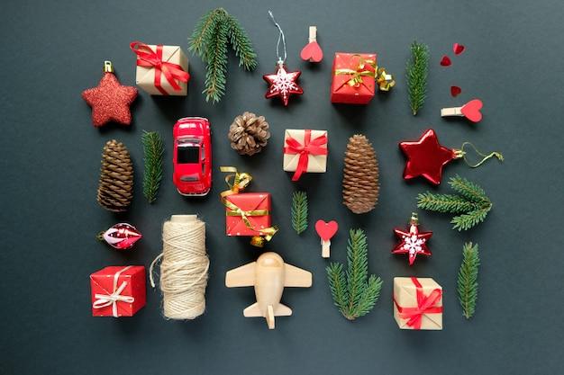Świąteczne dekoracje z gałęziami, gwiazdkami, pudełkami, szyszkami i zabawkami Premium Zdjęcia