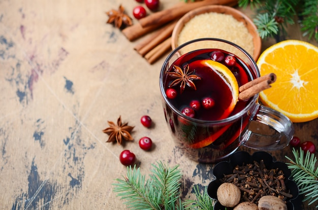 Świąteczne Grzane Czerwone Wino Z Pomarańczą, żurawiną I Przyprawami. święto . Premium Zdjęcia