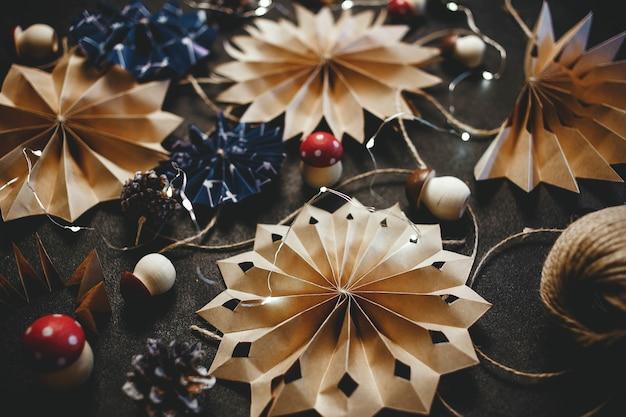 Świąteczne Gwiazdki Z Papieru Ekologiczna świąteczna Dekoracja Ręcznie Robiona Na Drutach Premium Zdjęcia