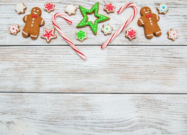 Świąteczne imbirowe i miodowe kolorowe ciasteczka Premium Zdjęcia