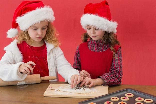 Świąteczne Małe Dziewczynki Robi Bożych Narodzeń Ciastkom Premium Zdjęcia