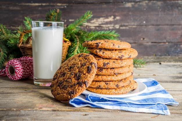 Świąteczne Mleko I Ciasteczka Dla świętego Mikołaja Premium Zdjęcia
