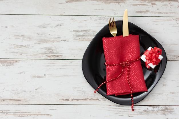 Świąteczne Nakrycie Stołu Na Walentynki Ze Złotym Widelcem, Nożem I Dekoracjami. Premium Zdjęcia