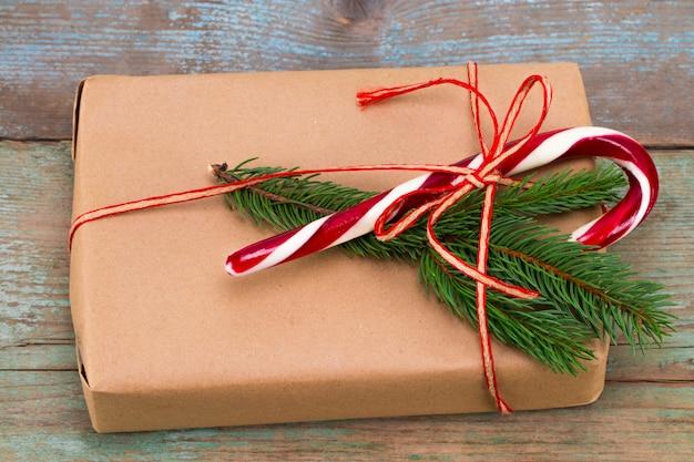 Świąteczne Ozdoby. Pudełka Z Prezentami świątecznymi. Piękne Opakowanie. Rocznika Prezenta Pudełko Na Drewnianym Tle. Wykonany Ręcznie Premium Zdjęcia