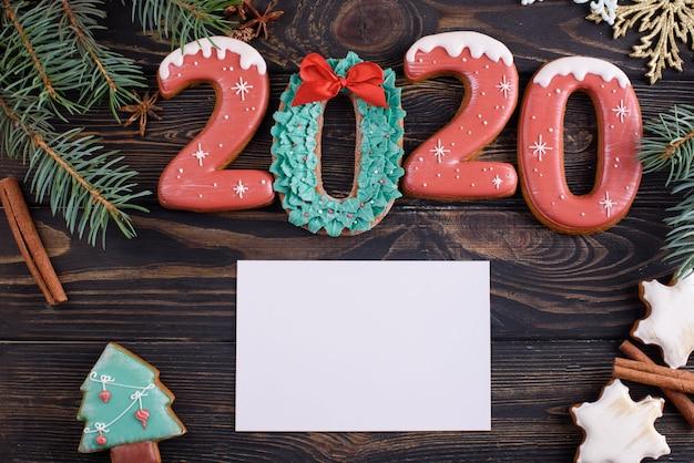 Świąteczne Pierniczki Numer 2020 Na Drewnianym Stole Z Aromatycznymi Laskami Cynamonu Premium Zdjęcia