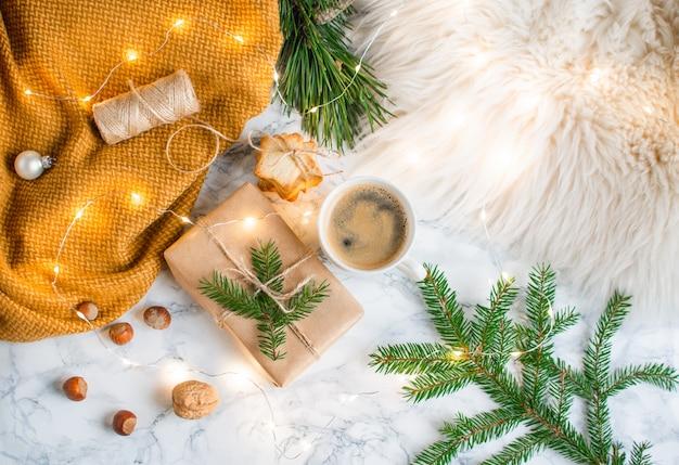 Świąteczne pudełka na prezenty dekoracja naturalny wystrój koncepcja nowego roku sosna stożek futro drzewo brunch orzechy Premium Zdjęcia