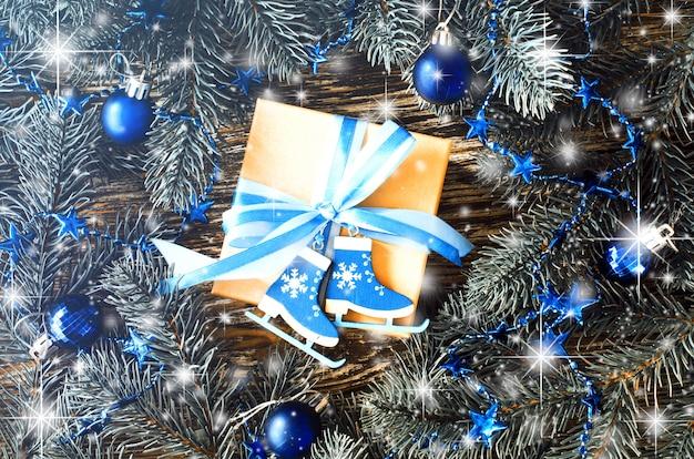 Świąteczne pudełko na prezenty i gałęzie jodły z dekoracją w kolorze niebieskim. Premium Zdjęcia