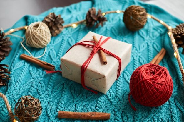Świąteczne Pudełko Ozdobione Laską Cynamonu Premium Zdjęcia