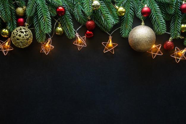 Świąteczne świąteczne dekoracje na czarnym tle od flat lay. Premium Zdjęcia