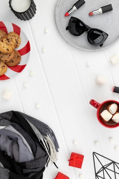 Świąteczne Zakupy Makieta Sprzedaży Z Szalikiem, Kosmetykami I Okularami Przeciwsłonecznymi Na Drewnianym Tle. Widok Z Góry Płaski Szablon Z Miejscem Na Kopię Premium Zdjęcia