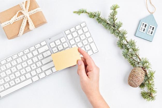 Świąteczne Zakupy Online Z Pudełkami Na Prezenty, Klawiaturą I Makietą Złotej Karty Kredytowej Premium Zdjęcia