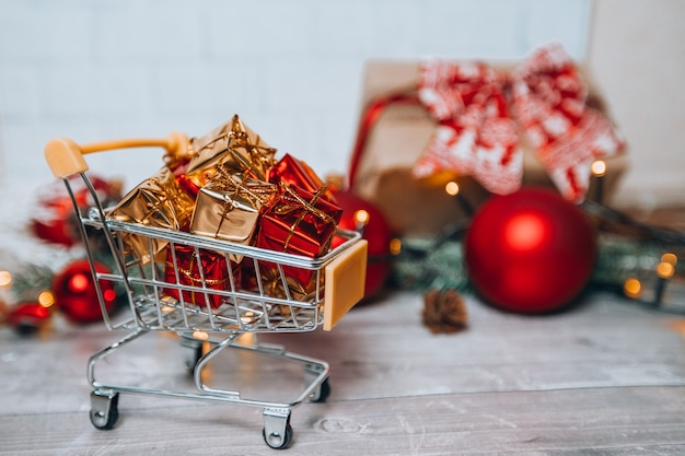 Świąteczny Koszyk Z Prezentami Premium Zdjęcia