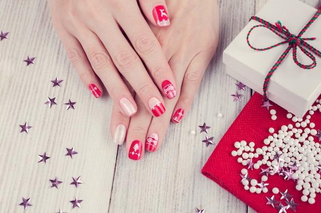 Świąteczny Manicure Artystyczny, Kolor Czerwony I Biały Premium Zdjęcia