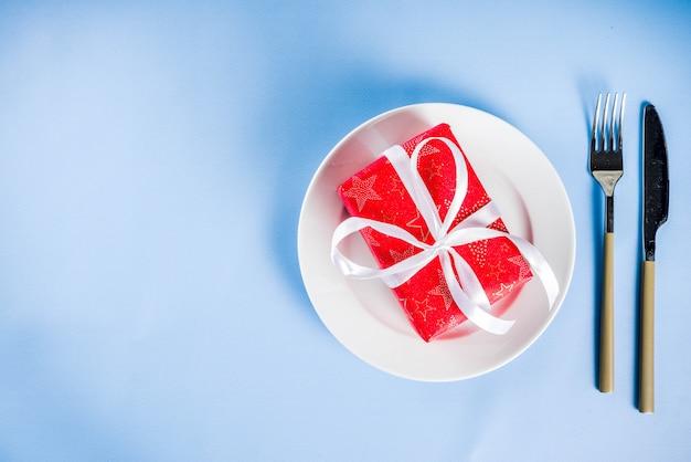 Świąteczny obiad koncepcja z płyty i pudełko Premium Zdjęcia