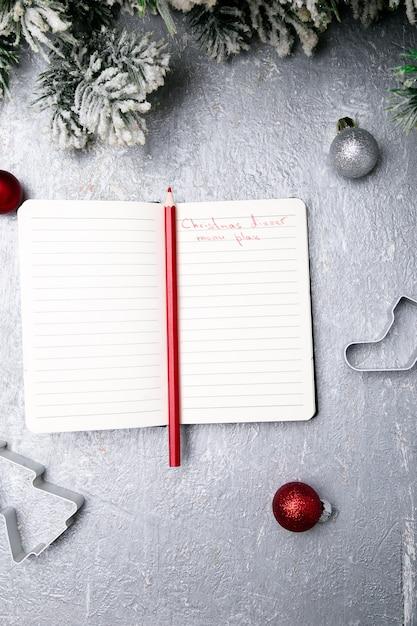 Świąteczny Plan Menu. Tło Do Pisania Menu Bożego Narodzenia. Widok Z Góry. Notatnik Na Szarym Tle Z Dekoracją. Premium Zdjęcia