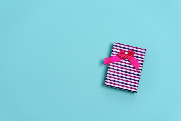 Świąteczny prezent różowy z kokardką Premium Zdjęcia