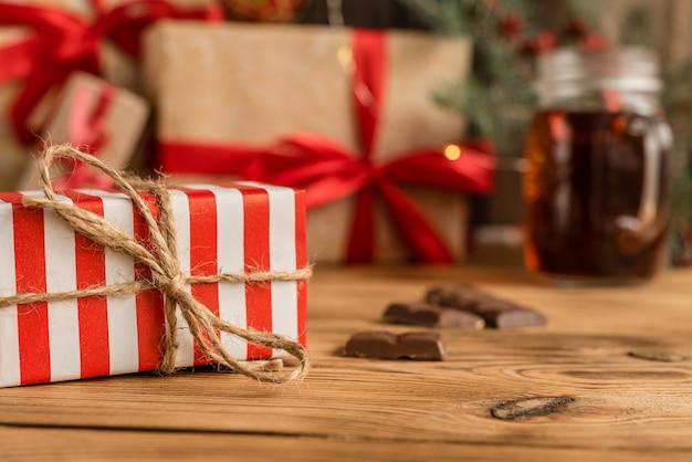 Świąteczny stół świąteczny i prezenty Premium Zdjęcia