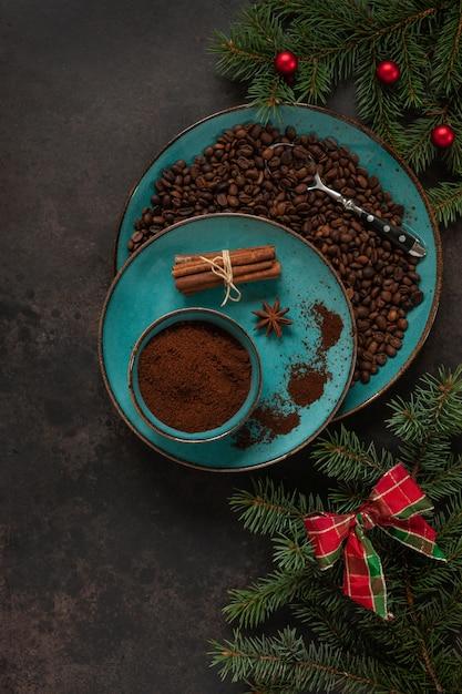 Świąteczny Wystrój Z Gałęzi Jodły I Ziaren Kawy W Talerzu Z Laskami Cynamonu Premium Zdjęcia